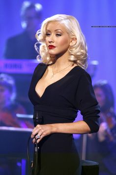 Christina Aguilera have colorful charachter and she reflect her charachter with her hair. Christina Aguilera new hairstyle is really cool! Christina Aguilera Burlesque, Christina Aguilera Costume, Christina Aguilera Dirrty, Christina Aguilera The Voice, Christina Aguilera Stripped, Christina Aguilera Beautiful, Oval Face Hairstyles, 90s Hairstyles, Hairstyle Men