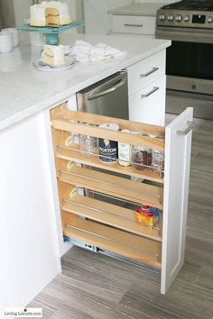 The best Kitchen Cabinet Organization Ideas! This Modern Farmhouse White Kitchen is full of clever ways to organize cabinets. Home organizing inspiration. Tidy Kitchen, Smart Kitchen, Functional Kitchen, Home Decor Kitchen, New Kitchen, Awesome Kitchen, Kitchen Ideas, Design Kitchen, Affordable Kitchen Cabinets
