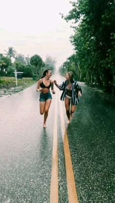 There's no one like your BFF! Here some cute phot ideas for that BFF goal! Cute Friend Pictures, Best Friend Photos, Best Friend Goals, Bff Pics, Happy Pictures, Happy Photos, Best Friend Video, Rain Pictures, Dream Pictures