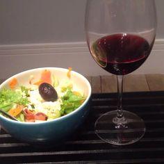 Even a #salad deserves her nice #chianti #vinolocale #vinoafiumi #vinoacena #vinorosso #redwine #wineandsalad