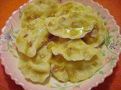 Ингредиенты: тесто: -яйца - 2 шт. -масло растительное - 2 ст.л. -вода - 125 мл -соль - по вкусу(~0,5 ч.л.) -мука высшего сорта - 2 ст. начинка -картофель ~ 1 кг -лук ~1 кг -масло растительное -соль -черный перец молотый. Приготовление: В эмалированную миску высыпать стакан муки .Яйца в