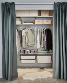 Et omkledningsrom får en overhaling med fleksibel oppbevaring, et malingsstrøk, tepper og gardiner, som skiller det fra soverommet.
