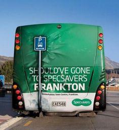 Het is lastig te zien... Dit is een reclame van Specsavers op een stadsbus!