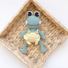 Günaydınnn... Herkese mutlu günler 🥰 Biz tulumumuzu giyindik 💚💛Çok severek ördüm..Bitirdim yine çok sevdim 🐸 . . . Tarif canım arkadaşım… Crochet Frog, Crochet Hats, Knitting Hats