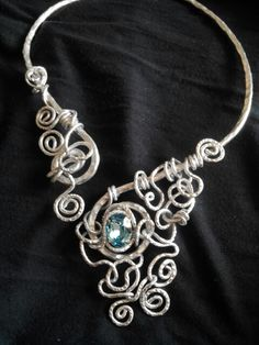 Collier tecnica wire,  alluminio e cristallo Swarovski color topazio azzurro.