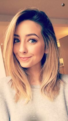 Zoe Sugg) Hey Im Zoe. Im Dating Alfie. Joe is my Brother. Im a beauty guru. I have a book and makeup line. I have a pug named Nala. Zoella Makeup, Zoella Beauty, Hair Beauty, Medium Hair Styles, Short Hair Styles, Zoe Sugg, Daily Makeup, Celebrity Hairstyles, Zoella Hairstyles