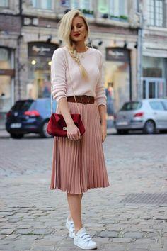 Découvrez mon article Et si on mixait le rose et le rouge ? sur Jess Me Up Modest Outfits, Modest Fashion, Stylish Outfits, Classy Outfits, Trendy Fall Outfits, Modest Wear, Pleated Skirt Outfit, Skirt Outfits, Pleated Skirts