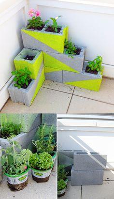 Ya habíamos visto aquíalgo muy similar, pero esta es una interesante idea para crear unas jardineras de esquina que pueden adaptarse a pequeñas terrazas o espacios. En este caso utilizan bloques de hormigón a los que se les pinta unos planos en diagonal que dan un toque de contraste a la veget…