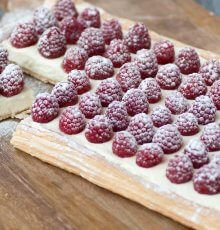 Plaattaart met mascarpone en frambozen Tante Fanny Dutch Recipes, Sweet Pastries, High Tea, Raspberry, Cheesecake, Food And Drink, Sweets, Cookies, Fruit