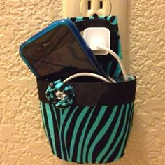 DIY crafts/Cell phone holder for charging! Made from a baby shampoo bottle! Keeps phone or iPod safe an secure! Duct Tape Projects, Duck Tape Crafts, Phone Charger Holder, Cell Phone Holder, Walpaper Black, Phone Background Patterns, Baby Shampoo, Camping Crafts, Cute Crafts