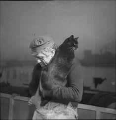 """Michel Simon avec un chat (Roger Parry, 1933)Michel Simon avec un chat, 1933,  film """"L'Atalante"""", Vigo, Jean (réalisateur), Parry, Roger (photographe)"""