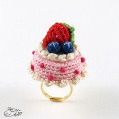 Berries n' cream cake ring crochet pattern by Emi Kanesada (Enna Design)