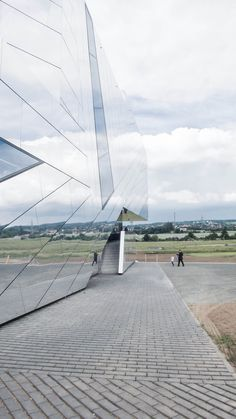 This image is the godd example for the use of reflective materials in terms of disappearing its heavy mass. _ Paläon Research and Experience Center by Holzer Kobler Architekturen - photo by Tobias Schafroth Facade Architecture, Sustainable Architecture, Beautiful Architecture, Contemporary Architecture, Shed Design, Facade Design, Ultra Modern Homes, Design Studio Office, Experience Center