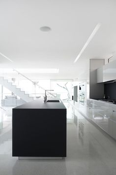Interior of the Flip Flop House in Venice, California by Dan Brunn _ Modern Minimalist House, Minimalist Kitchen, Interior Design Kitchen, Interior And Exterior, Interior Decorating, Open Kitchen And Living Room, Suite Principal, H Design, Clean Design