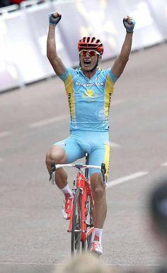 Alexandre Vinokourov (Kazakhstan) crosses the line victorious.
