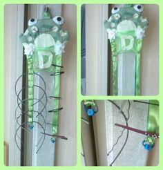 konečně jsem dodělala sponkovník :) dole jsou iniciálky malé, ještě drátek vyměním za kroužky co se dávají na klíče ;-) sponky a čelenky jsou moje :-D malé budu kupovat :) (jen gumičky v kapsičce jsou její :-) )