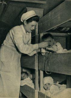 DRK-Schwester in der Bunker-Kinderpflege, 1940er (Hans-Michael Tappen)