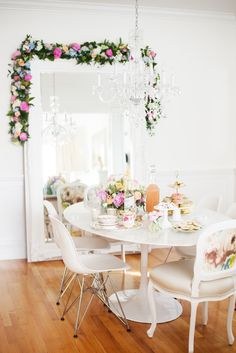large mirror in dining room or living room > Style At Home: Tamara Taggart Inspiration Design, Room Inspiration, Interior Inspiration, Style At Home, Tables Tableaux, Dining Area, Dining Room, Festa Party, Home Fashion