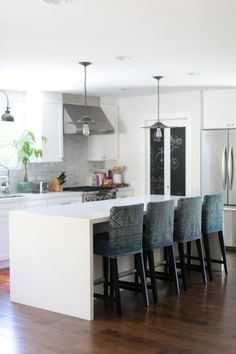 White, grey and black kitchen: http://www.stylemepretty.com/living/2013/08/21/amber-interiors-home-tour/ | Photography: Bryce Covey - http://brycecoveyphotography.com/