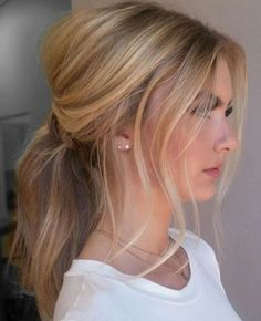 Loving this messy blonde ponytail with a bouffant hairdo.