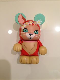 Disney Vinylmation Whiskers and Tales Dinah from Alice in Wonderland with upturned eyes and flower ring