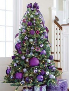 fantastischer  Weihnachtsbaum mit lila Ornamenten