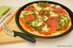 : Pizza de Cebola Roxa, Salame e Rúcula