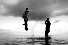 Stunning Examples of Black and White Photography Black And White Thinking, Black And White Beach, Black And White People, Black And White Pictures, White Art, Action Photography, Fishing Photography, Water Photography, People Photography