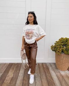 Beige Pants Outfit, Jogger Pants Outfit, Leather Pants Outfit, Brown Outfit, Casual Winter Outfits, Chic Outfits, Spring Outfits, Casual Fall, Brown Joggers