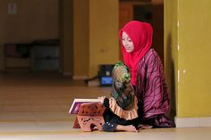 Muslim Woman Teaches Her Little Sister Quran - Mushaf Photos (Books of Quran) Spiritual Pictures, Muslim Family, Islamic Girl, Peace Be Upon Him, Islamic Teachings, Dear Future Husband, Girl Reading, Muslim Women, Little Sisters