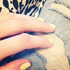 Ripped denim, yellow nails. Summer!