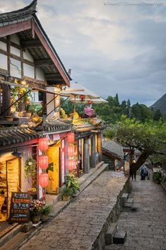 3 Must-See Places in Lijiang 丽江, Yunnan, China. The top attractions in Lijiang. Including Lijiang Old Town, Tiger Leaping Gorge & Jade Dragon Snow Mountain. Blue Sky Hotel, Chinese Places, Beautiful Places In Japan, Lijiang, Tourist Map, Asian Garden, Chinese Architecture, China Travel, Travel Aesthetic