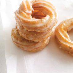 Beignes glacés « roues de tracteur » | Ricardo Beignets, Delicious Donuts, Delicious Desserts, No Cook Desserts, Dessert Recipes, Ricardo Recipe, Crockpot Recipes, Cooking Recipes, Haitian Food Recipes
