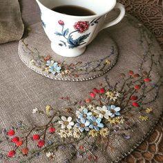 때로는 혼자라서 좋다 음악이 있고 커피가 있고 좋아 하는 꼼지락거리가 있으니... . . . #아를르의여인들 놀이터 #프랑스자수 #티코스트 #embroidery #needlework #handmade #stitch