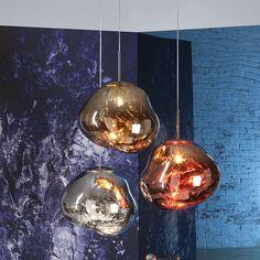 Parece vidro, mas não é: as luminárias Melt, criação de Tom Dixon, são feitas de policarbonato soprado com efeito metalizado