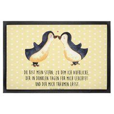 40 x 60 Fußmatte Pinguin Liebe aus Velour  Schwarz - Das Original von Mr. & Mrs. Panda.  Die wunderschönen Fussmatten von Mr. & Mrs. Panda sind etwas ganz besonderes. Alle Motive werden von uns entworfen und jede Fussmatte wird von uns in unserer Manufaktur selbst bedruckt und liebevoll an euch verschickt. Die Grösse der Fussmatte beträgt 60cm x 40cm.    Über unser Motiv Pinguin Liebe  Das Gefühl verliebt zu sein und seinen Verbündeten gefunden zu haben ist unbezahlbar. Die verliebten…