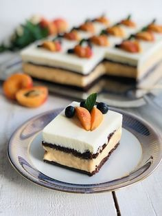 Fancy Desserts, Fancy Cakes, Strawberry Layer Cakes, Romanian Desserts, Cake Recipes, Dessert Recipes, Pistachio Cake, Bowl Cake, Just Cakes