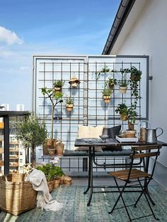 Turn your city balcony into a small garden sanctuary for summer. 30 ideas to get… Turn your city balcony into a small garden sanctuary for summer. 30 ideas to get you inspired. Modern Balcony, Small Balcony Design, Small Balcony Garden, Small Balcony Decor, Balcony Plants, Outdoor Balcony, Garden Spaces, Outdoor Decor, Balcony Gardening