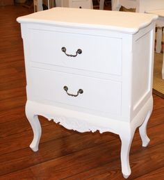 Yöpöytä romanttinen   Uuttakotiin.fi Nightstand, Dresser, Table, Furniture, Home Decor, Bedside Desk, Powder Room, Night Stands, Stained Dresser