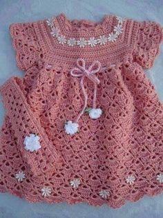 CROCHE COM RECEITA: Vestido em croche rosa para o bebê com flores bran...