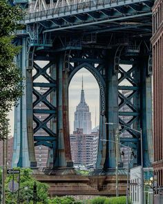 The Empire State Building seen from Brooklyn through the Manhattan Bridge by What an amazing shot! Brooklyn Nyc, Brooklyn Bridge, Manhattan Bridge, Manhattan Skyline, I Love Nyc, New York Photos, George Washington Bridge, Land Scape, The Great Outdoors