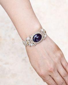 アメジストのブレスレット気品溢れる紫の発色の美しいアメジストを使ったブレスレットです。光にかざしみると、吸い込まれるような深く美しい発色のパープルカラーが石全体に広がっています。愛の守護石と呼ばれるアメジスト。その気品ある色合いで昔から様々な神話や物語を持つ天然石です。ムーンストーンやイエローカラーのトルマリンのビーズをちりばめました。石に存在感を持たすため淡いベージュの紐で制作したブレスレットです。