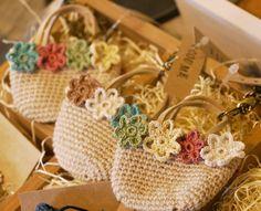 crochet mini bag key chain Crochet Home, Knit Or Crochet, Crochet Motif, Crochet Baby, Crochet Potholders, Crochet Purses, Crochet Flower Patterns, Crochet Flowers, Crochet Brooch