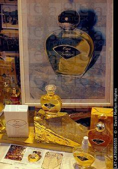 La producción de perfume.  Visualización de perfume Eau de Grasse.  Grandes / pequeñas botellas.