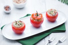 I pomodori ripieni di tonno, maionese e uova sode sono un antipasto fresco e gustosissimo, veloce da preparare e ideale nella stagione estiva.