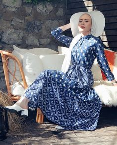Image may contain: one or more people Kaftan, Hijab Fashion Summer, Henna, New Trends, Beauty Women, Mantel, Summer Outfits, Womens Fashion, Fashion Trends