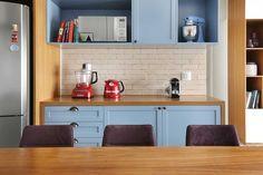 Decoração de apartamento retro com detalhe moderno. Na cozinha, móveis azuis e de madeira, mesa retangular de madeira e detalhe retro. #decoracao #decor #design #details