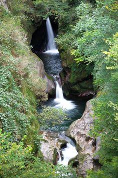 Cascada del Pozo del Amo, en la reserva del Saja-Nansa  #Cantabria #Spain Road Trip, Secret Places, Travel Around The World, Beautiful Places, Beautiful Birds, The Good Place, Travel Inspiration, Travel Destinations, Travel Photography