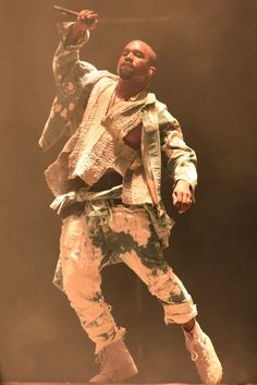 Want to see Kanye West perform live on his Saint Pablo Tour? Join the Kanye West Fan Group and Waiting Lists to attend the concert on September Moda Kanye West, Kanye West Outfits, Kanye West Style, Kanye West Wallpaper, Kim Kardashian, Hiphop, Kanye West Songs, Saint Pablo, Hip Hop Rap