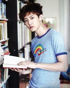 Okay.., baru kali ini liat Chanyeol pegang buku :)))